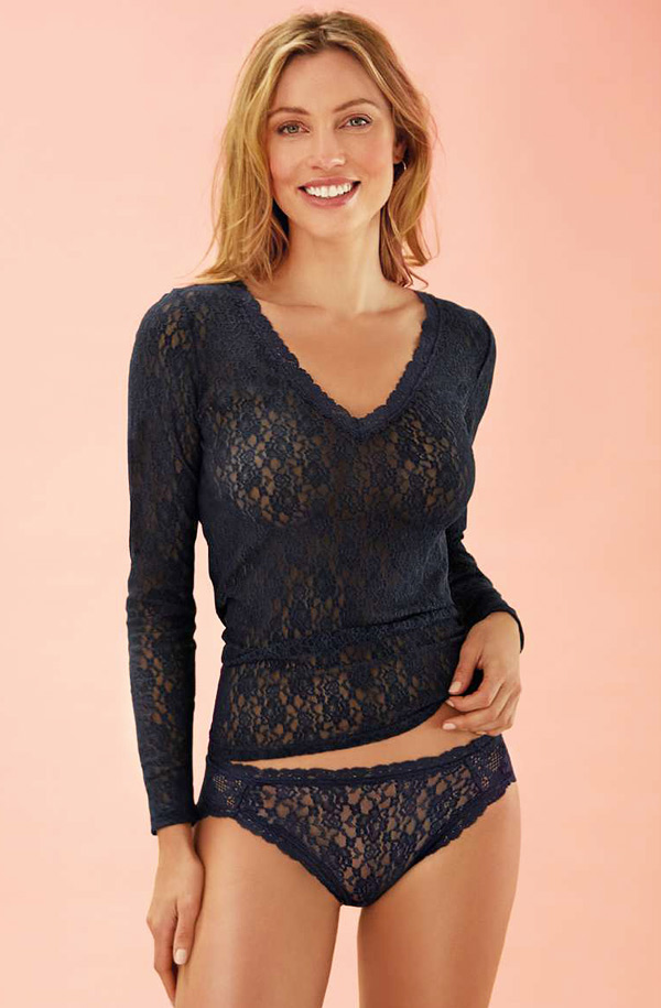 Janira Dolce Amore long sleeve top (camiseta) is available in two styles: v-neck and round-neck.